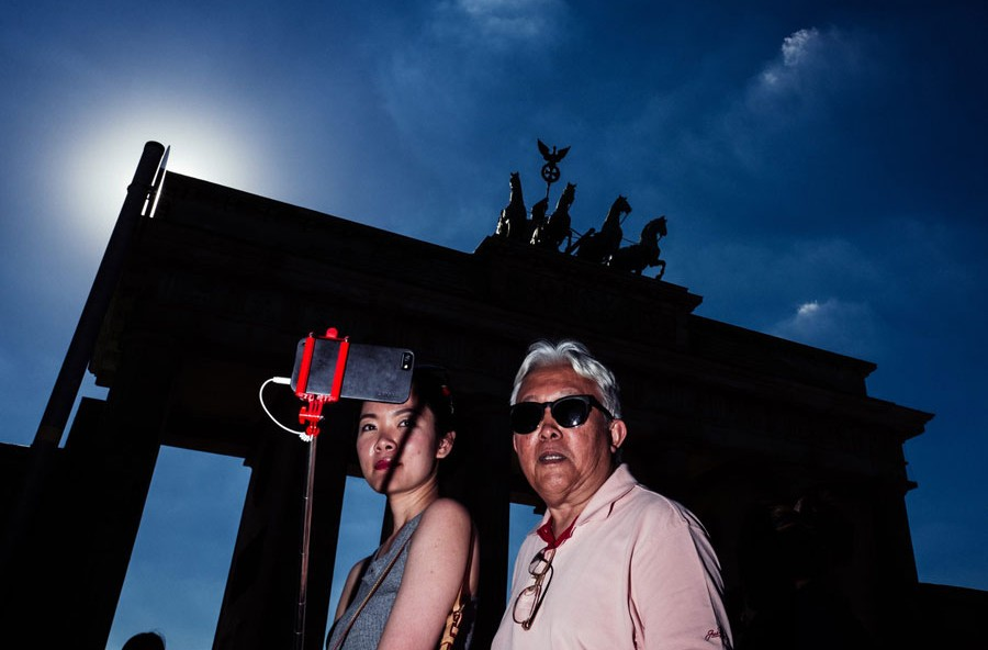 Asian Selfie, Aus Der Serie 'People At The Gate', Brandenburger Tor, 2016 © Christian Schirrmacher
