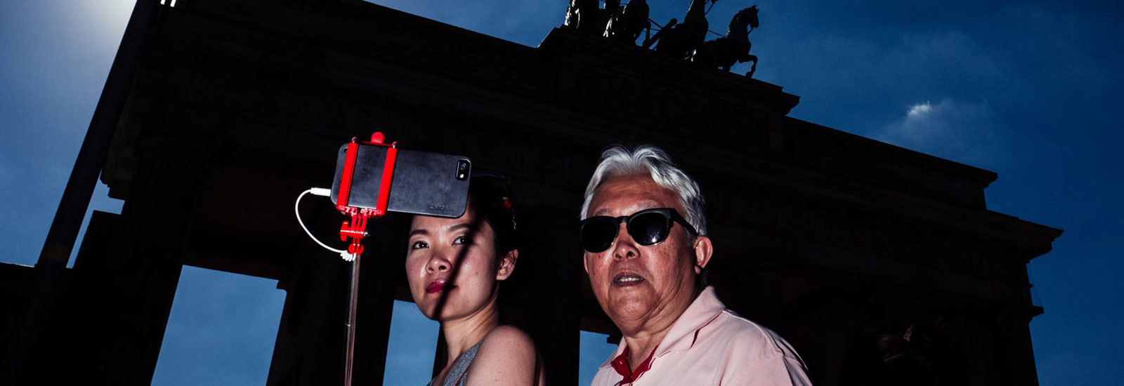 Asian Selfie, aus der Serie 'People at the Gate', Brandenburger Tor, 2016 (Detail) © Christian Schirrmacher